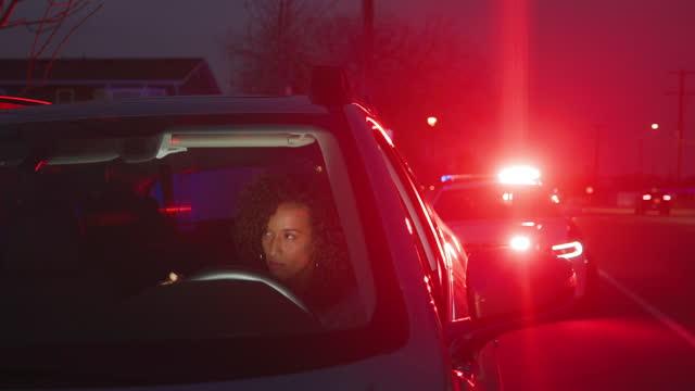 stockvideo's en b-roll-footage met nightime politie verkeersstop - dronken achter het stuur