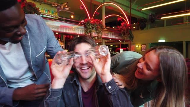 vídeos y material grabado en eventos de stock de vida nocturna en un pub de londres, amigos pasar un buen rato juntos - escapada urbana