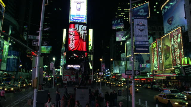 stockvideo's en b-roll-footage met ws nightlife in time square / new york city, new york, united states - b roll