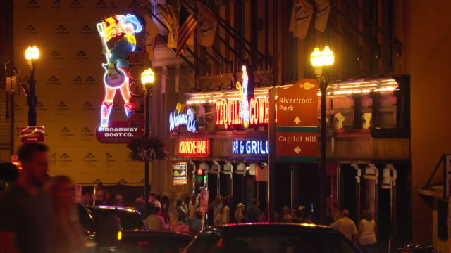 vídeos de stock e filmes b-roll de nightlife on broadway street in nashville, tennessee at night - tennessee