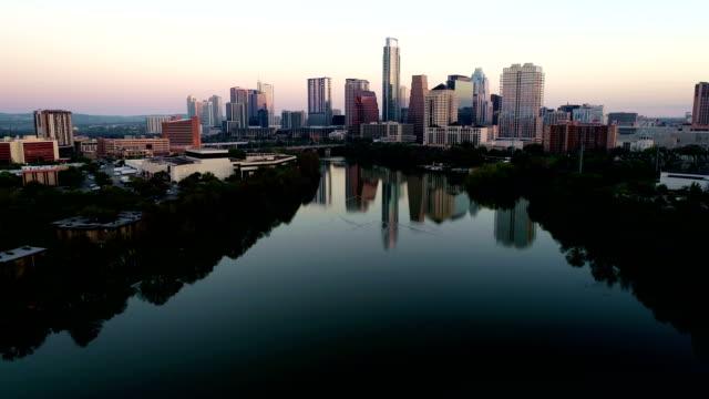 vídeos de stock e filmes b-roll de nightscape aerial view austin texas mirror reflection - town