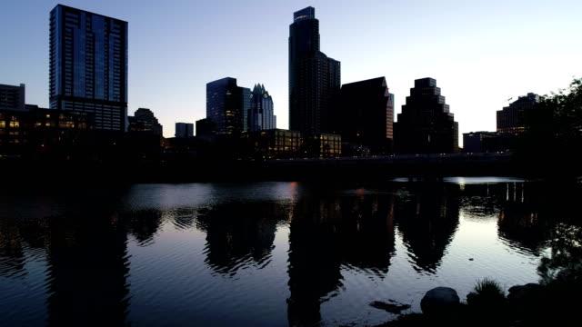 vídeos de stock, filmes e b-roll de nightscape austin reflexo espelhado antes do amanhecer com luzes da cidade calma cidade lago vista aérea sobre austin texas em sunrise silhoette da cidade - town