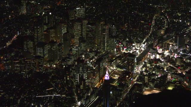 vídeos de stock e filmes b-roll de aerial, nightscape of shinjuku tokyo, japan - bairro de shinjuku