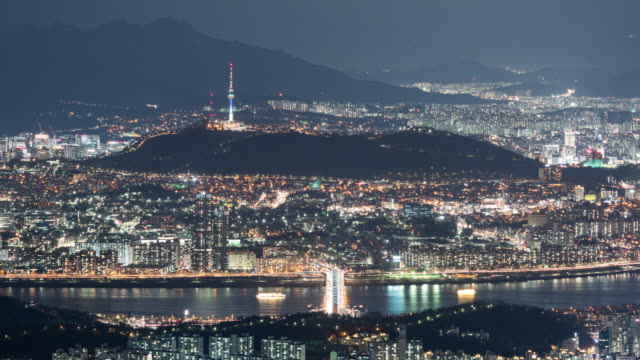 vídeos de stock e filmes b-roll de nightscape of yongsan district with n seoul tower, gangbyeon expressway and dongjakdaegyo bridge on han river / seoul, south korea - placa de nome de rua