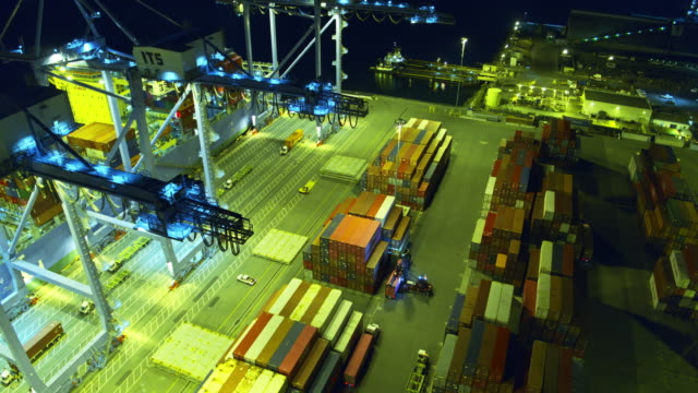 nighttime activity in container terminal - aerial - 積荷を降ろす点の映像素材/bロール