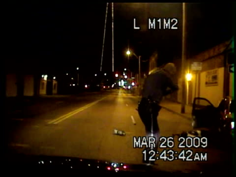 vidéos et rushes de content / nighttime dashcam of police chasing car / when police catch up to crashed car police officer approaches and suddenly gunfire erupts as... - tirer