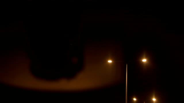 vidéos et rushes de la conduite nocturne et lampadaire - voiture décapotable