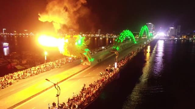nighttime establishing shot of the dragon bridge breathing fire in da nang, vietnam on march 6, 2019. - slowenien stock-videos und b-roll-filmmaterial