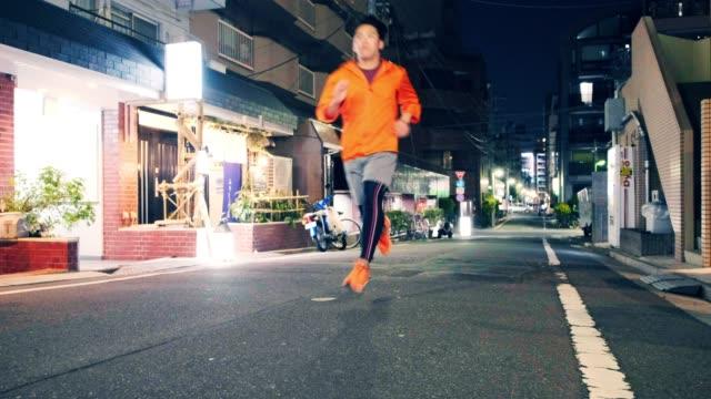 nächtliche rennen in tokio japan - rennen körperliche aktivität stock-videos und b-roll-filmmaterial