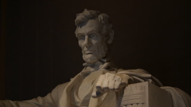 vidéos et rushes de nighttime stock shots of statue of abraham lincoln by daniel chester french at the lincoln memorial on the western end of the national mall in... - lincoln memorial