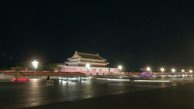 vídeos y material grabado en eventos de stock de  t/l nighttime street traffic in front of tiananmen square gate / beijing, china - noreste de china