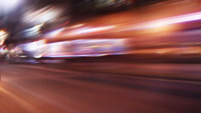 vídeos de stock e filmes b-roll de nighttime streetlights streak by. - luz traseira de carro
