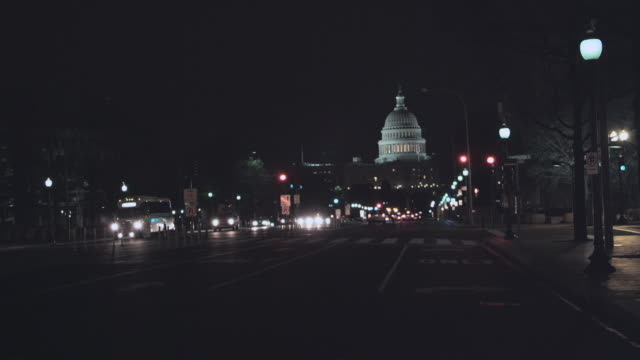 vídeos de stock, filmes e b-roll de ws night-time traffic on pennsylvania avenue and the illuminated dome of the u.s. capitol building beyond / washington, d.c., united states - pennsylvania avenue
