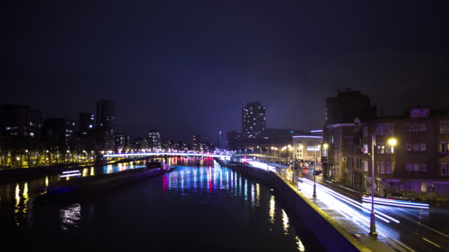 vidéos et rushes de nighttime traffic on rivers and roads in liège, belgium - time lapse - belgique