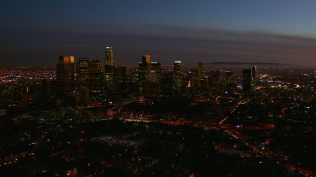 vidéos et rushes de nighttime view of downtown la - vue subjective d'un avion