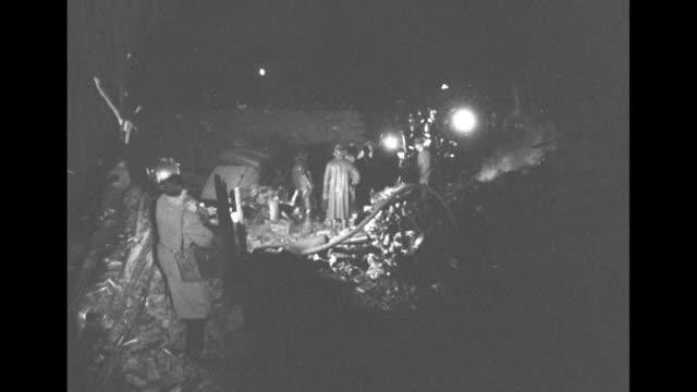 vidéos et rushes de vs nighttime views of spotlights illuminating site of airplane crash with numerous investigators and recovery teams - actualités cinématographiques