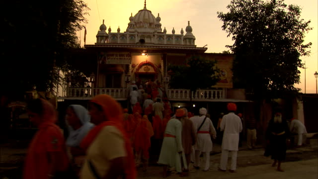 nihang approach a sikh temple in anandpur sahib, india. - turban stock videos & royalty-free footage