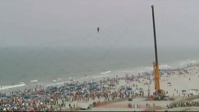 nik wallenda performs a tightrope walking stunt over atlantic city on august 09, 2012 in atlantic city, new jersey - tightrope walking stock videos & royalty-free footage