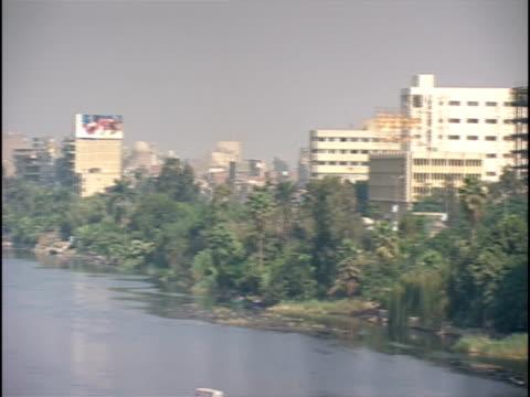 vídeos de stock e filmes b-roll de ws, pan, nile river and cityscape, cairo, egypt - fan palm tree