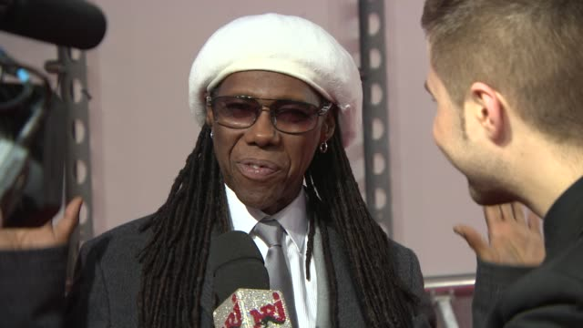 vidéos et rushes de nile rodgers at the brit awards 2014 arrivals at o2 arena on february 19 2014 in london england - 2014
