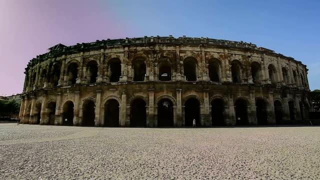 nimes arenas, historischen römischen amphitheater, provence, frankreich. - amphitheater stock-videos und b-roll-filmmaterial