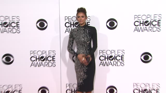 vídeos de stock e filmes b-roll de nina dobrev at the 40th annual people's choice awards - arrivals at nokia theatre l.a. live on in los angeles, california. - vestido preto