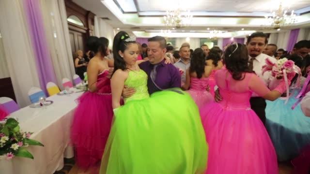 vídeos de stock, filmes e b-roll de ninas de escasos recursos economicos que padecen diferentes tipos de cancer celebraron sus 15 anos ataviadas con vestidos de princesas junto a... - princesa
