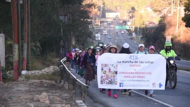 vídeos de stock e filmes b-roll de ninas guatemaltecas marcharon el miercoles a lo largo de 41 kilometros para exigir justicia recordando a las menores fallecidas en un incendio en un... - exigir
