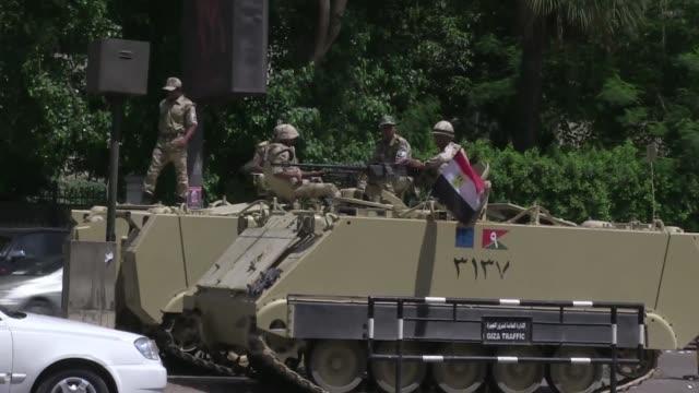 ninguna potencial occidental califico el derrocamiento de mohamed mursi como golpe de estado militar la comunidad internacional parecia dispuesta a... - coup d'état stock videos & royalty-free footage