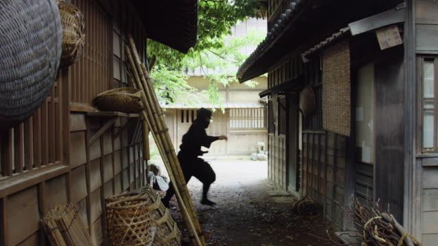 ninja schleichen durch historischer wüstung - geschichtlich stock-videos und b-roll-filmmaterial