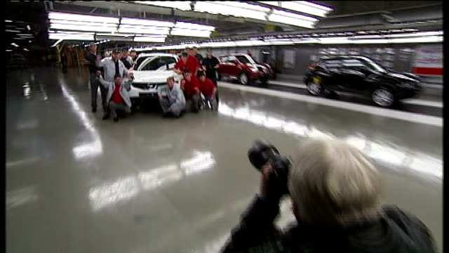nissan announces new jobs in sunderland england sunderland nissan factory photography** nissan production line workers' photocall standing in front... - ファイサル・イスラム点の映像素材/bロール