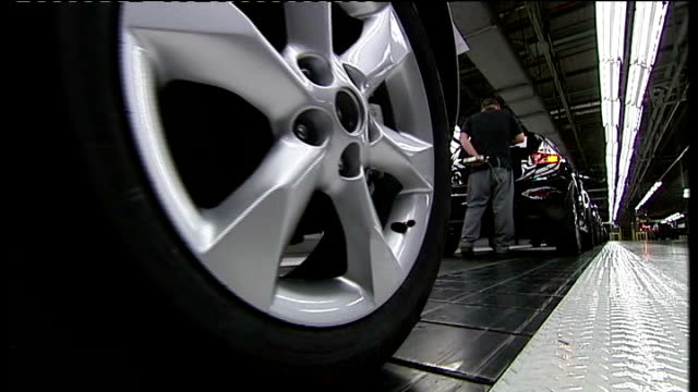 nissan announces new jobs in sunderland sunderland nissan factory various shots of nissan cars and assembly workers on nissan car productine line - ファイサル・イスラム点の映像素材/bロール