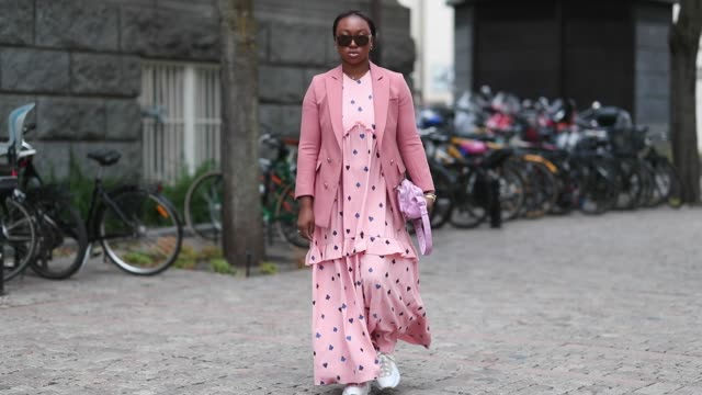 stockvideo's en b-roll-footage met nnenna echem wearing pink dress with dots print blazer jacket is seen outside cathrine hammel during oslo runway ss19 on august 14 2018 in oslo norway - jurk