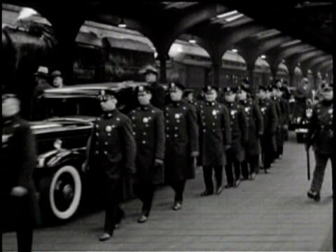 stockvideo's en b-roll-footage met no audio/ a group of guards stand at a train station / men in derbies stand in a group / a train pulls into the station a crowd gathers / roosevelt... - geheime dienstagent