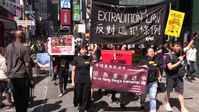 vídeos y material grabado en eventos de stock de 'no china extradition' solidarity protest hundreds of hong kongers march from rally in times square to chinese embassy against extradition bill a... - times square causeway bay