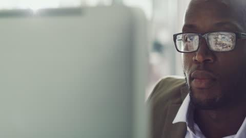 inga distraktioner när han är i arbetsläge - skrivbord bildbanksvideor och videomaterial från bakom kulisserna