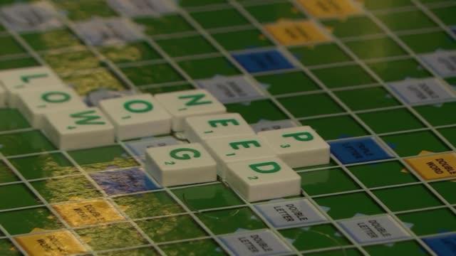 No es facil encontrar las palabras justas en una primera cita y menos si esta incluye jugar al Scrabble