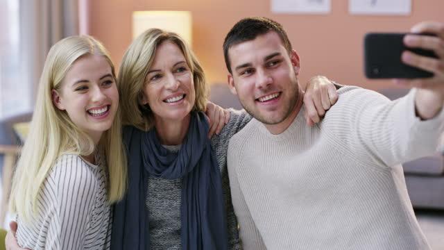 家族ほど価値のある贈り物はない - 義母点の映像素材/bロール