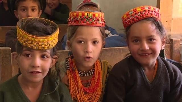 no llevan velo y visten prendas de colores la minoria animista de los kalash es el chivo expiatorio de los musulmanes conservadores de pakistan que... - etnia stock videos and b-roll footage