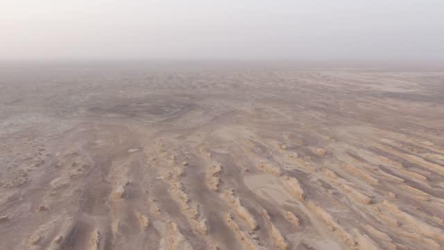 niemandsland in china, natürliche landschaft von lop nur. - öde landschaft stock-videos und b-roll-filmmaterial