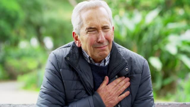 niemand ist immun gegen herz-kreislauferkrankungen - one senior man only stock-videos und b-roll-filmmaterial