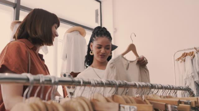 vídeos y material grabado en eventos de stock de nadie conoce la moda como ella conoce la moda - ayudante