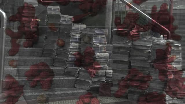 vídeos de stock e filmes b-roll de no people downtown honk kong during covid-19 to crowded commercial street - cidade fantasma