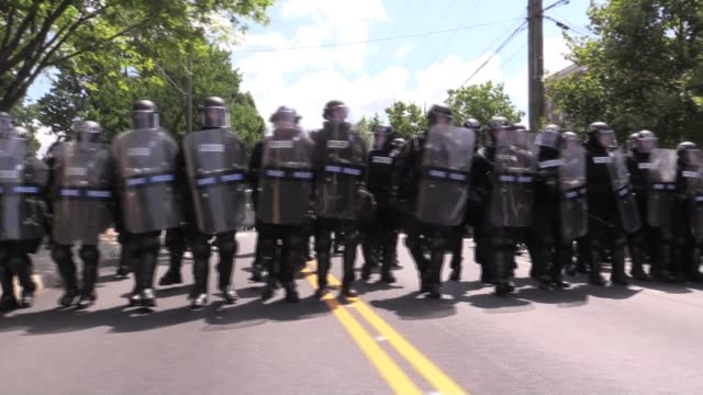 vidéos et rushes de no police were present all day, at the end state police showed up in riot gear - charlottesville