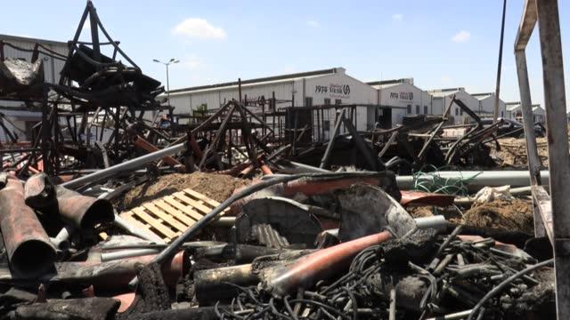 no queda nada de la fábrica de muebles de los hermanos sawafiri más allá de trozos de metal fundidos y retorcidos y el polvo de la madera quemada.... - madera material stock videos & royalty-free footage