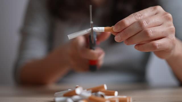 concetto di non fumo - cartello di divieto di fumo video stock e b–roll