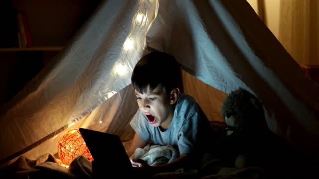 vídeos de stock e filmes b-roll de no time to sleep - bocejar