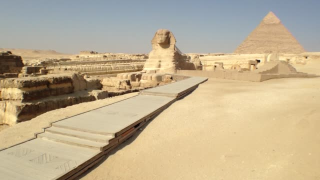 no tourists at great sphinx and pyramid during unrest in egypt - antiquität stock-videos und b-roll-filmmaterial