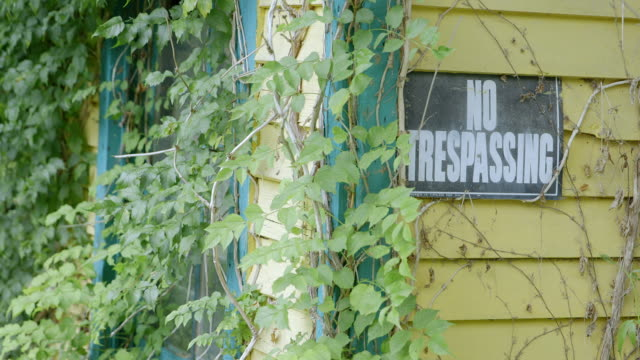 ms no trespassing sign on abandoned station building / chattanooga, tennessee, united states - no trespassing stock videos & royalty-free footage