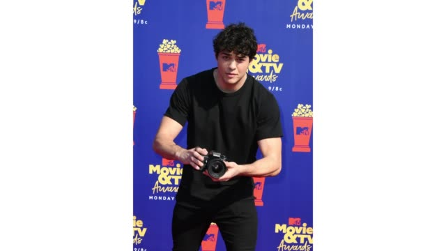 noah centineo attends the 2019 mtv movie and tv awards at barker hangar on june 15, 2019 in santa monica, california. - mtvムービー&tvアワード点の映像素材/bロール